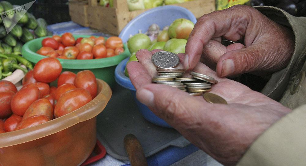 Пожилые люди покупают продукты на рынке