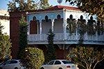 ЗАГС в старом доме с резными балкончиками в историческом центре Тбилиси