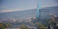Вид на центр Тбилиси - набережную и отели Biltmore и Radisson