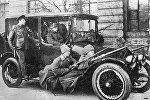 Революционеры на посыльном автомобиле Думы с вооруженной охраной