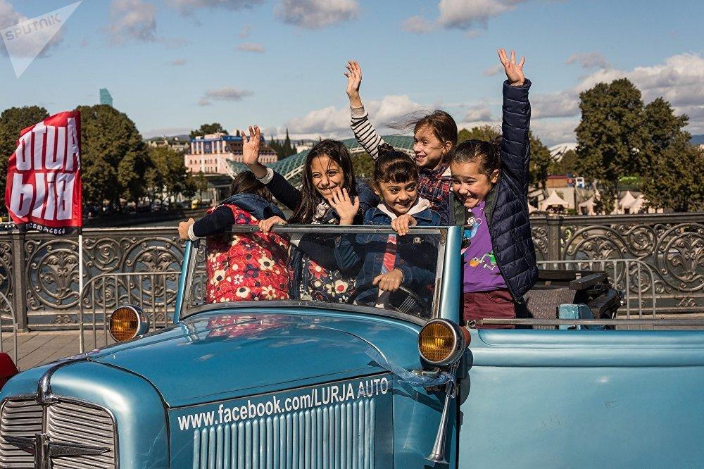 Выставка машин на Метехском мосту - по традиции, одно из любимых мест для детей