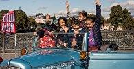 Дети фотографируются на память на выставке машин на празднике Тбилисоба