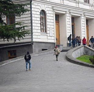 Студенты у входа в здание Тбилисского государственного университета (ТГУ)