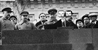 Руководители СССР наблюдают за парадом с трибуны Мавзолея