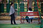 Женщины на скамейке в парке