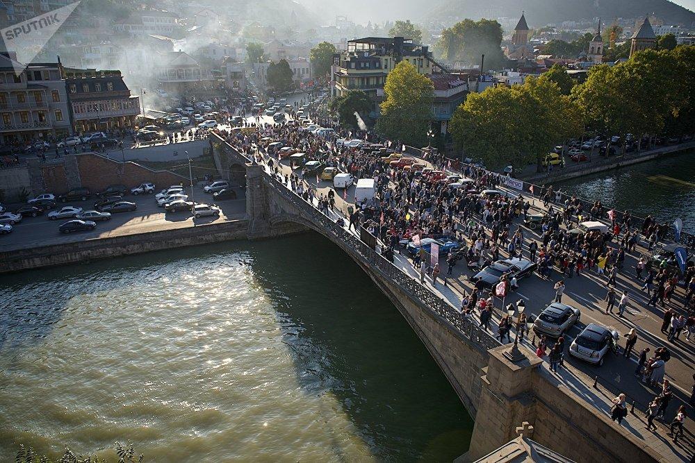 Вид на исторический центр Тбилиси и Метехский мост в дни проведения праздника Тбилисоба