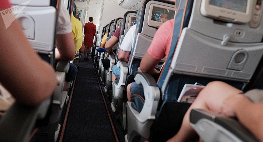სტიუარდესა და მგზავრები თვითმფრინავის სალონში