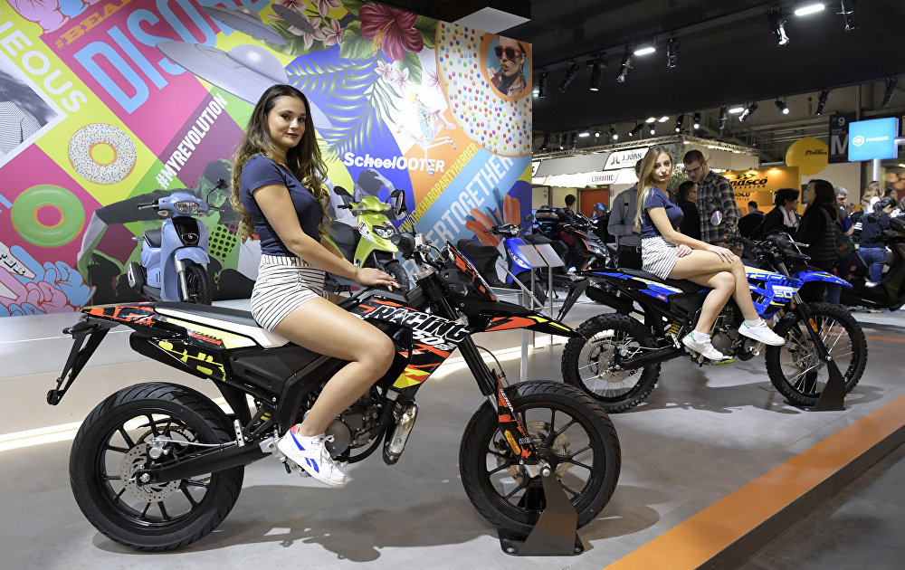 Модели представляют мотоцикл Senda DRD Racing 50 SM на миланском мотосалоне
