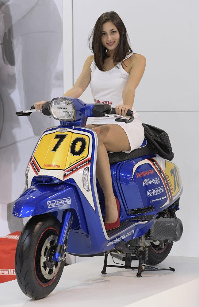 Модель представляет скутер Lambretta во время Миланского автосалона 2017