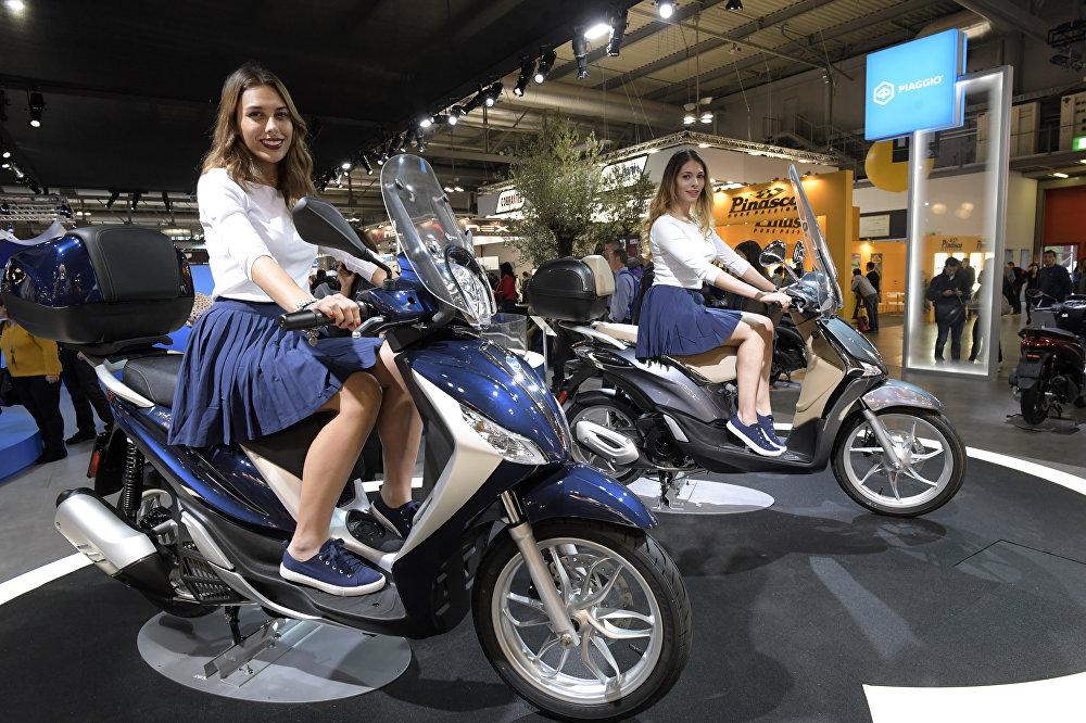 Модели на новых Piaggio Liberty 125 на выставке Milano Moto Show 2017