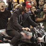 Актер Киану Ривз сидит на Arch H1 во время презентации своих мотоциклов Arch