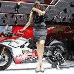 Модель стоит рядом с новым мотоциклом Ducati Panigale v4 Speciale