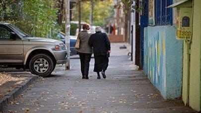 Женщины идут по одной из тбилисских улиц