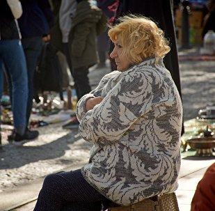 ანტიკვარიატით მოვაჭრე ქალი მშრალ ხიდზე