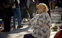 Женщина торгующая антиквариатом, на блошином рынке на Сухом мосту
