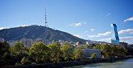 Вид на набережную Тбилиси и гору Мтацминда
