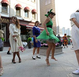 Участники уличного перформанса на празднике