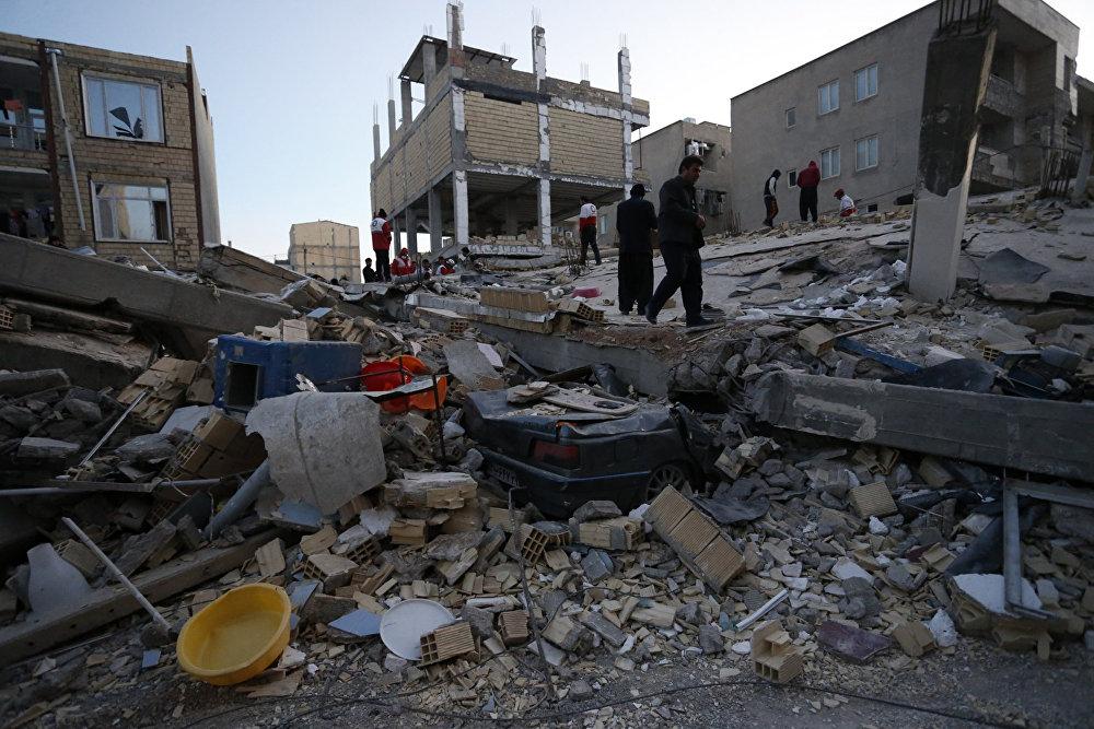 Разрушительное землетрясение оставило после себя апокалиптическую картину, как после всемирной катастрофы. На фото - разрушения в городе Сарпол-е Захаб в Иране