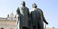 Памятник поэтам Акакию Церетели и Илье Чавчавадзе в Тбилиси