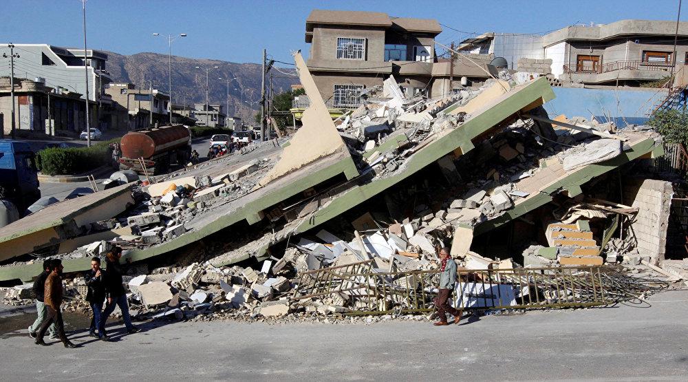 Сильное землетрясение буквально сносило с лица земли целые строения. На фото - разрушенный дом в городе Дарбандихан в Ираке