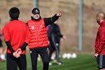 Главный тренер сборной Грузии по футболу Владимир Вайсс во время тренировки команды