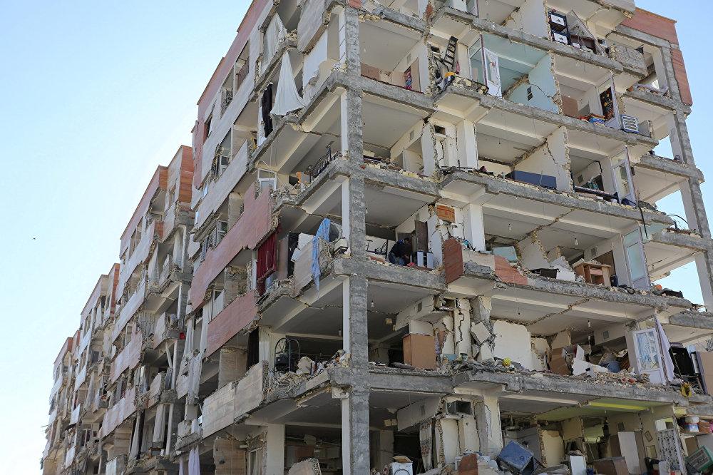 Одно из многих жилых зданий, которые были сильно разрушены землетрясением в городе Сарпол-е Захаб в Иране
