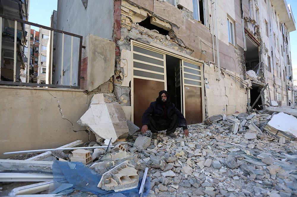 В результате землетрясения погибли более 400 человек и количество жертв продолжает расти. На фото - город Сарпол-е Захаб в Иране