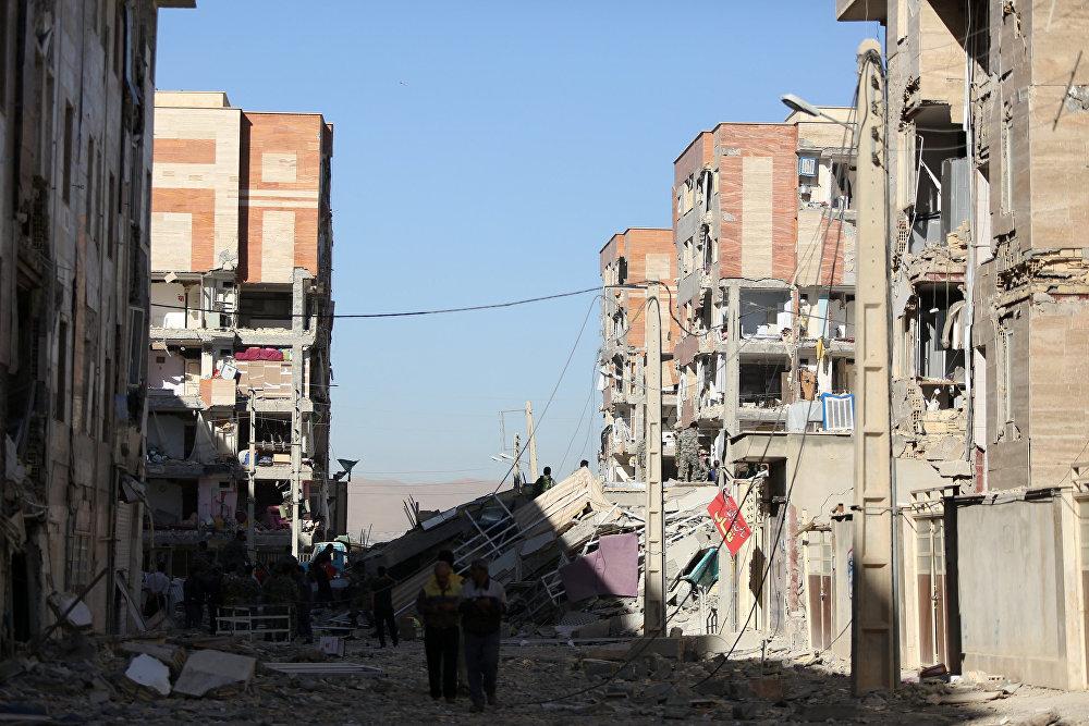 Разрушенный землетрясением жилой квартал в иранском городе Сарпол-е Захаб
