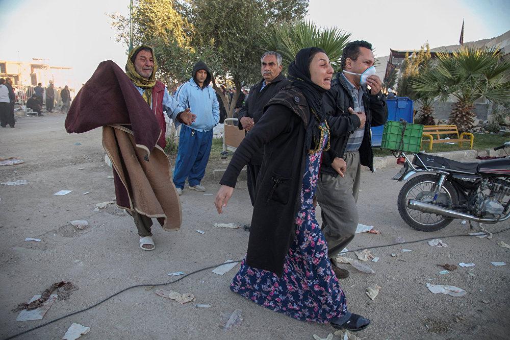 Тысячи семей после землетрясения остались без крова над головой. На фото - люди идут по улицам города Сарпол-е Захаб в Иране
