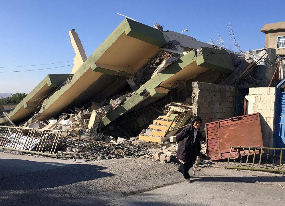 Спасатели продолжают поиск выживших на месте катастрофы. На фото - разрушенное здание в городе Дарбандихан в Ираке