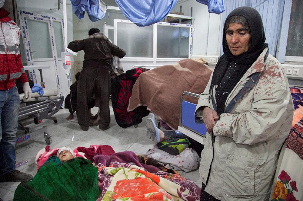 Жители города Сарпол-е Захаб в Иране, оставшиеся без крыши над головой в результате землетрясения