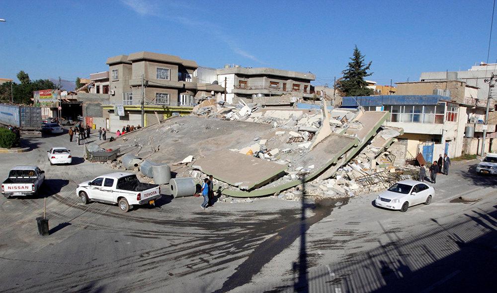 Более 7000 человек пострадали в результате землетрясения. Количество раненых также продолжает расти. На фото - разрушенные здания в городе Дарбандихан (недалеко от города Сулеймания) в Ираке
