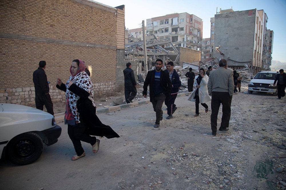 В результате катастрофы без жилья остались около 70 тысяч местных жителей. На фото - люди на улицах города Сарпол-е Захаб в Иране после землетрясения
