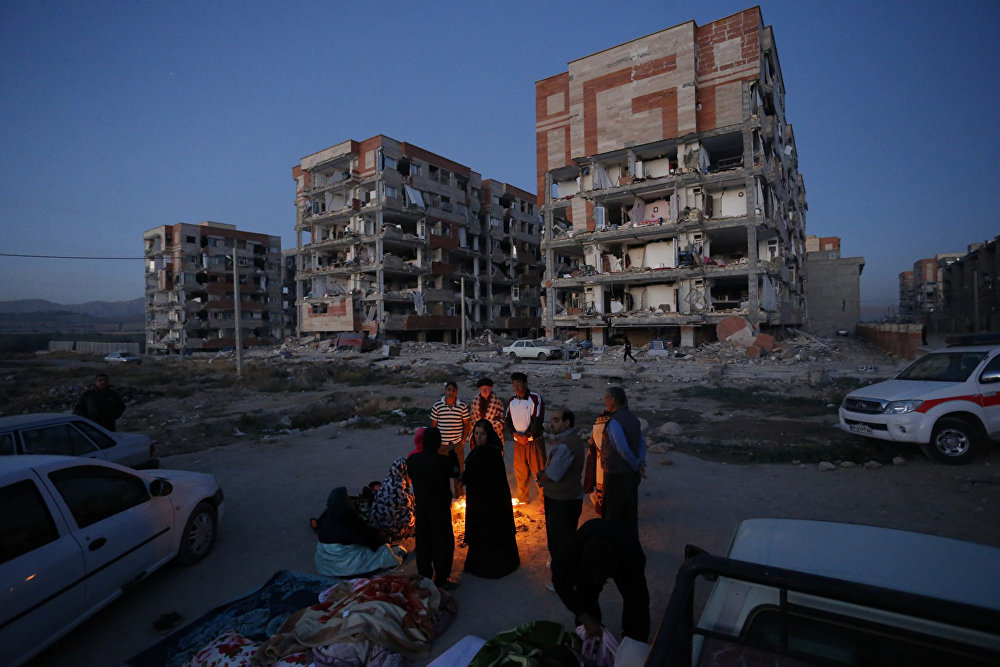 После того, как в городе Сарпол-е Захаб в Иране землетрясение разрушило многие дома, жители проводят время на улице - после основных толчков последовало еще более 140 афтершоков