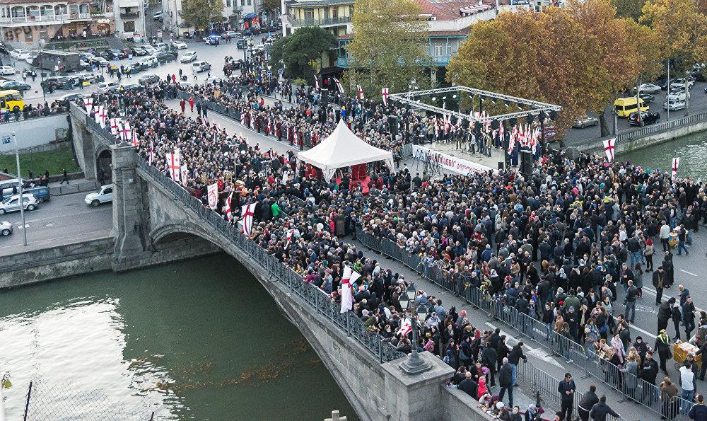 Уже в наше время, в 2015 году, Метехский мост был переименован - отныне он официально носит имя ста тысяч святых мучеников