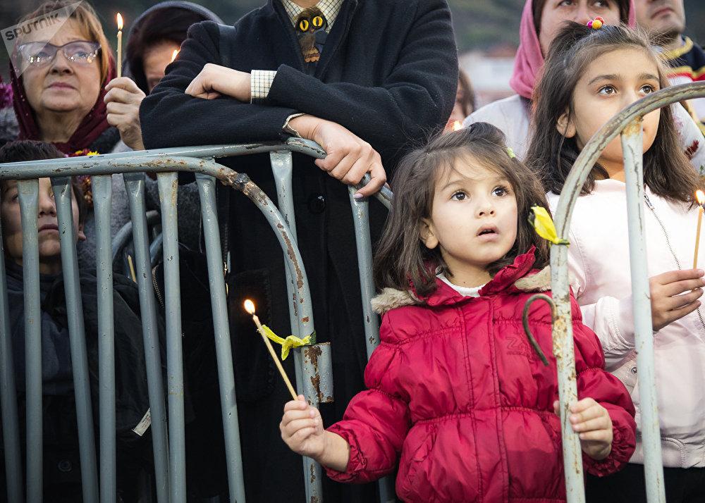 В День поминовения ста тысяч мучеников в разных районах Тбилиси верующие также проводят шествия - они несут иконы и из разных концов города направляются к Метехскому мосту