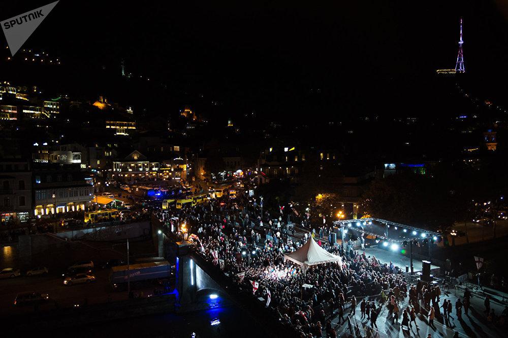 В День поминовения ста тысяч мучеников богослужение на Метехском мосту продолжается до позднего вечера
