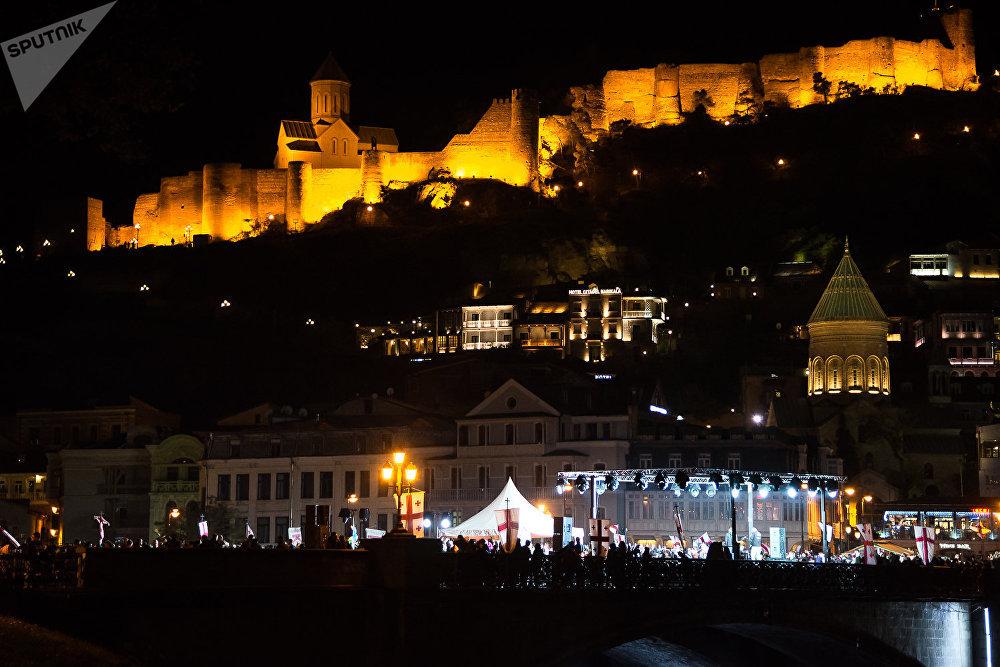 Когда Хорезмийский султан Джалал-Эд-Дин в 1226 году напал на Грузию, в первый день сражения у Тбилиси грузинские войска отразили атаку врага, но жившие в городе персы ночью открыли ворота и впустили вражеские войска