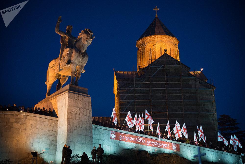 К историческому месту горожане приносят с собой цветы и свечи, а Патриарх всея Грузии и священнослужители проводят молебен в память о мучениках. К Метехскому мосту приносят икону ста тысяч мучеников