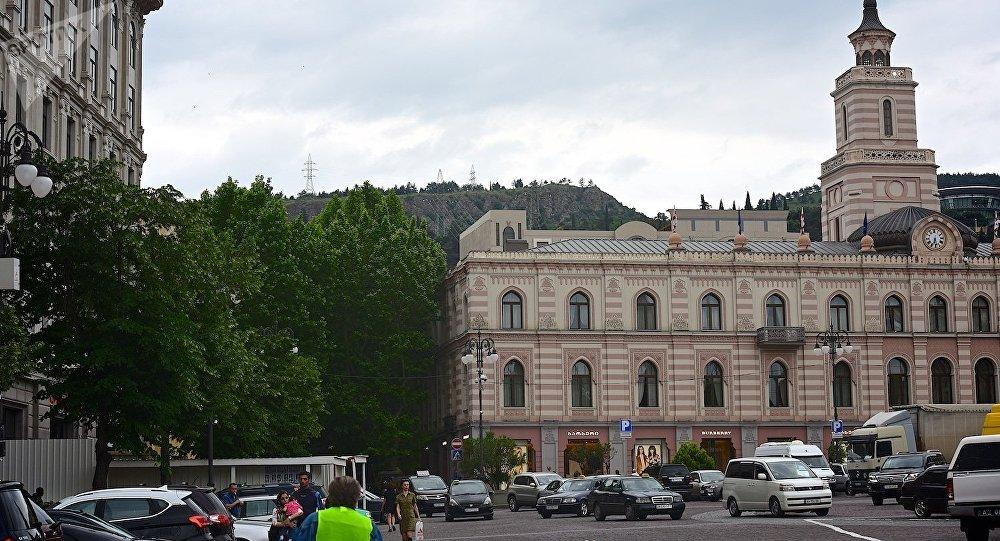 Здание Сакребуло Тбилиси (справа) на площади Свободы
