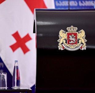 Грузинский герб на трибуне для выступлений в МИД Грузии