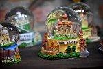 Грузинские сувениры - стеклянные шары с миниатюрными копиями церквей и храмов Грузии