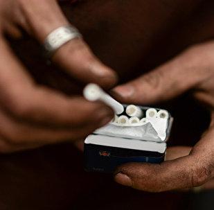 Мужчина курит сигарету, фото из архива