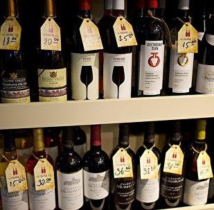 Грузинское вино на прилавке магазина