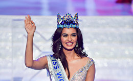Мисс Индия Мануши Чхиллар идет по сцене с короной самой красивой девушки планеты после победы в конкурсе Мисс Мира в Санье, провинция Хайнань, Китай