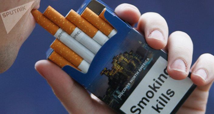Надпись Курение убивает на пачке сигарет.