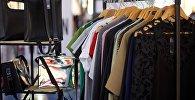 Стойки с женской одеждой в одном из магазинов в торговом центре грузинской столицы