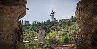 Вид на монумент Мать Картли со старого района Тбилиси Сололаки (улица Ахосписрели)