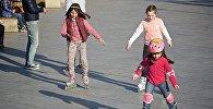 Дети катаются на роликах в одном из тбилисских парков