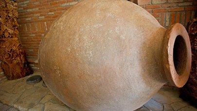 Большой глиняный кувшин для вина квеври